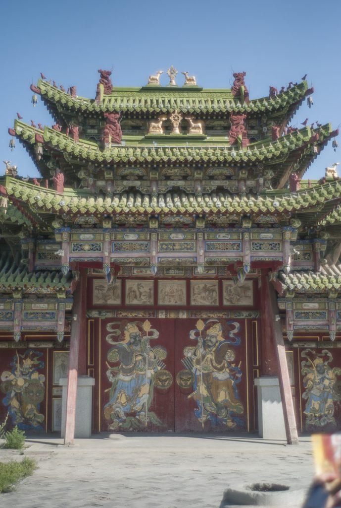 細かい意匠が施された大門。
