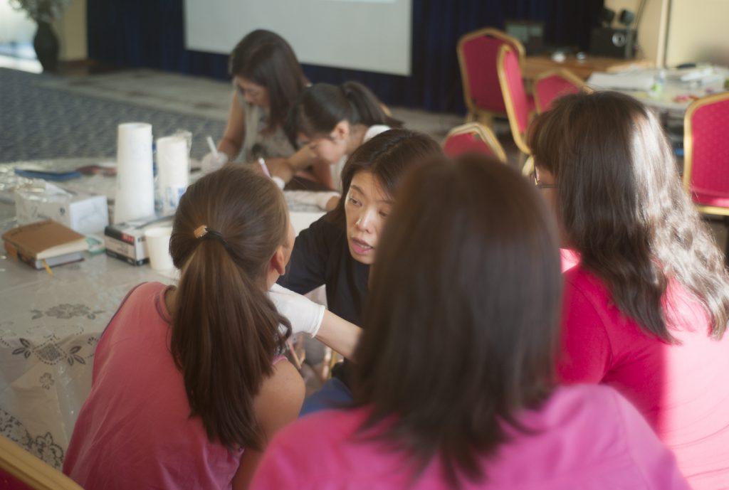 治療チームで治療にあたる小泉先生の奥様と娘さんが割田先生をサポートしました。