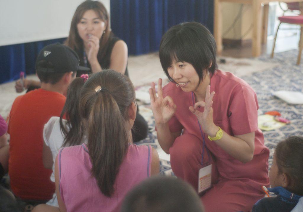 しっかり子供の目線になって指導する佐藤先生。