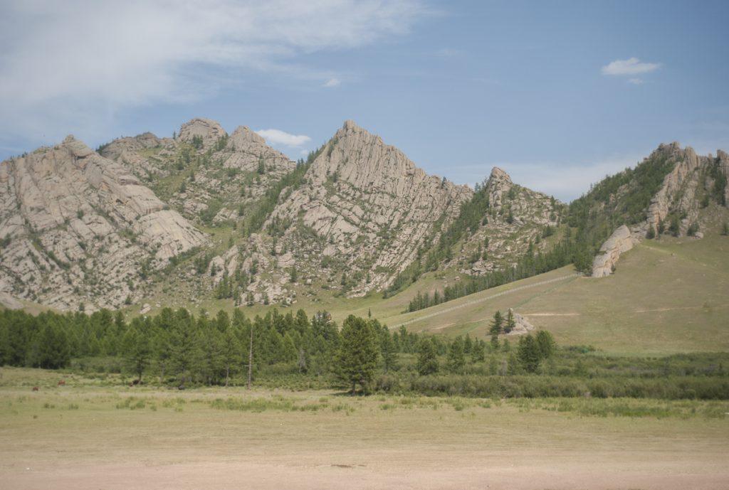 草原と切り立った岩山。