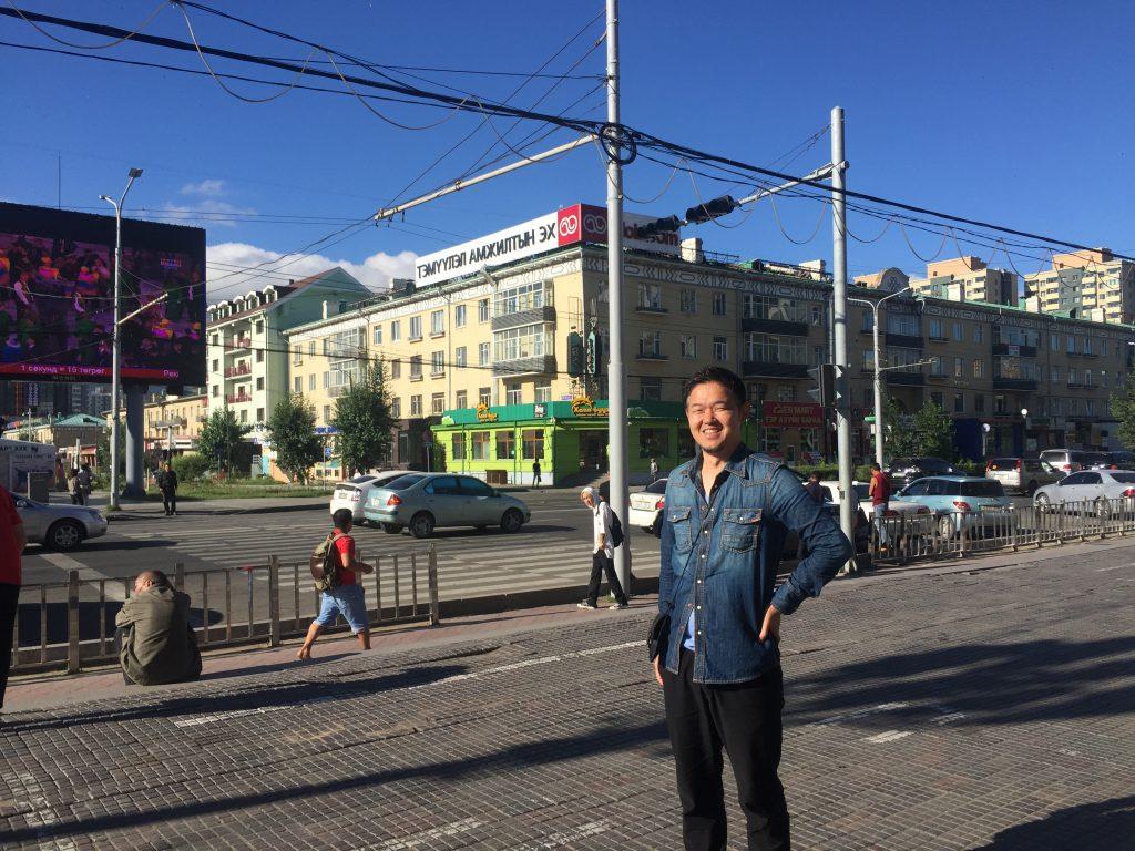 ウランバートル中心地でモンゴル人化する吉田。
