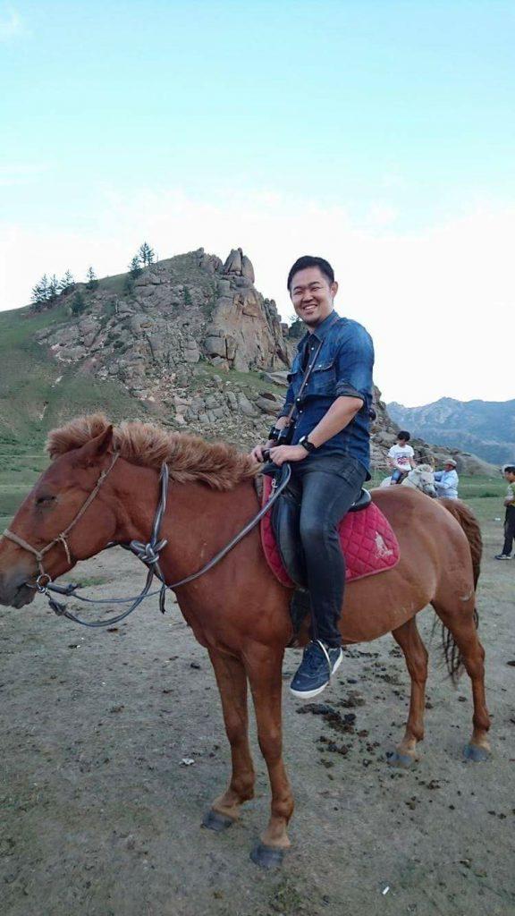 あまりの違和感の無さに愛馬も笑顔。
