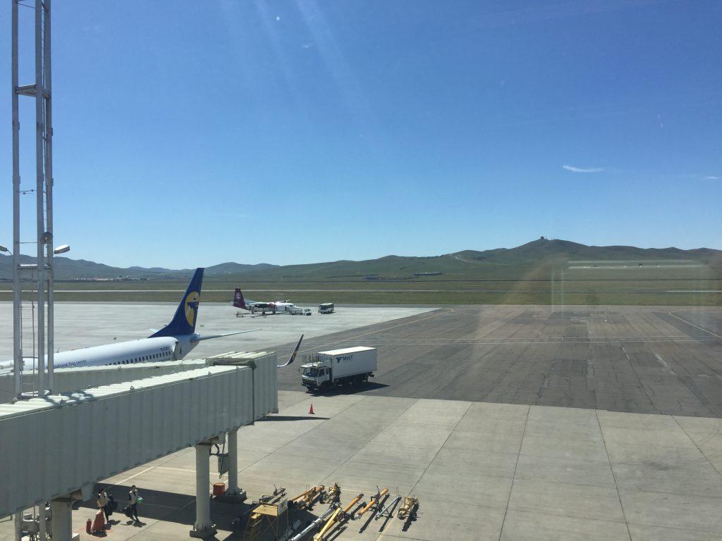滑走路が草原にポツンとあるモンゴル最大の国際空港。