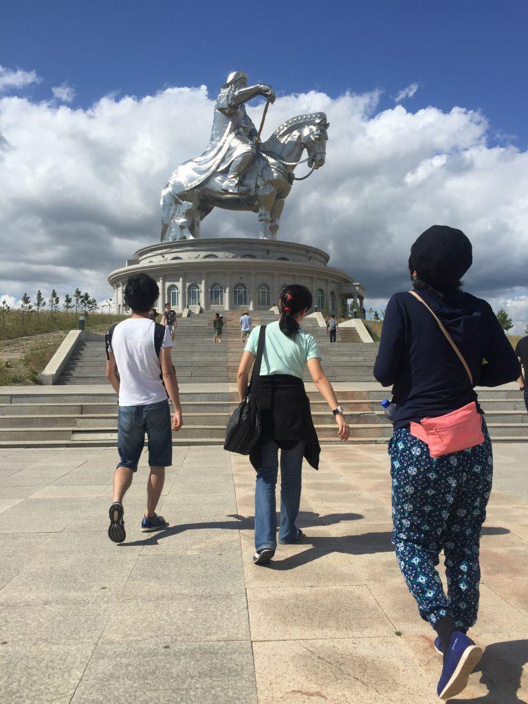 テンションの上がるサイズの騎馬像。
