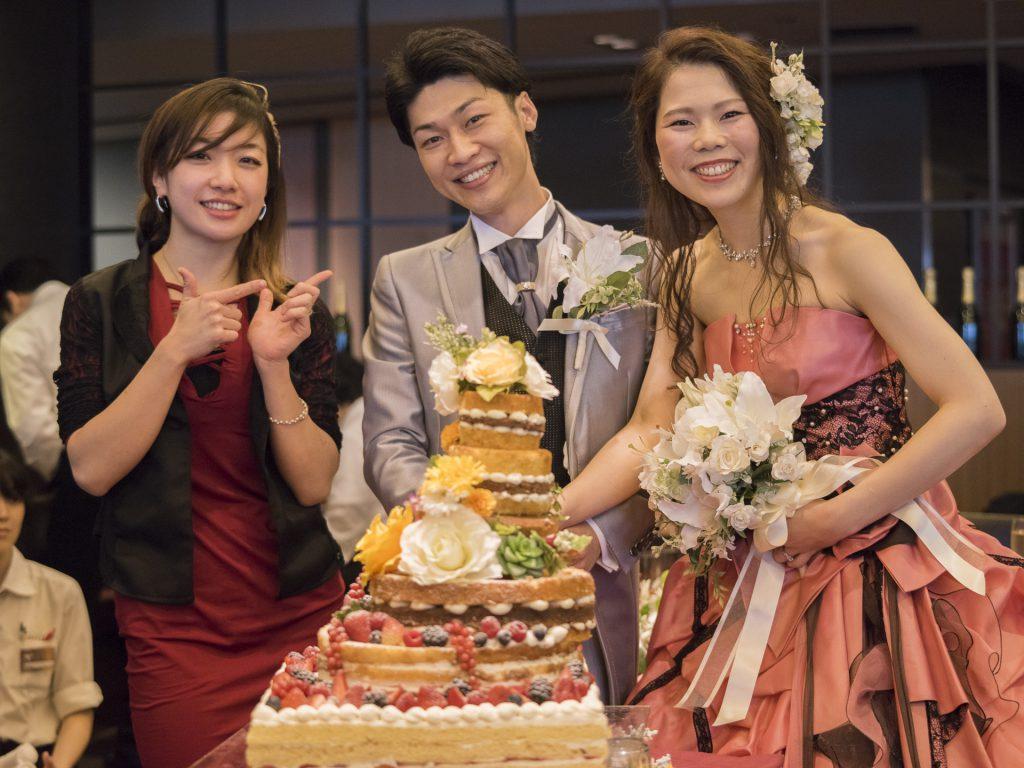 新郎新婦と、ケーキを担当した美人パティシエの方。
